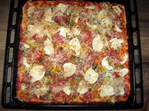 Pizza fertig belegt