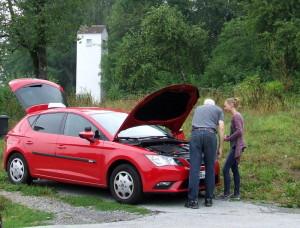 Annika bekommt vor der Prüfung noch schnell erklärt, wie ein Auto funktioniert :-)